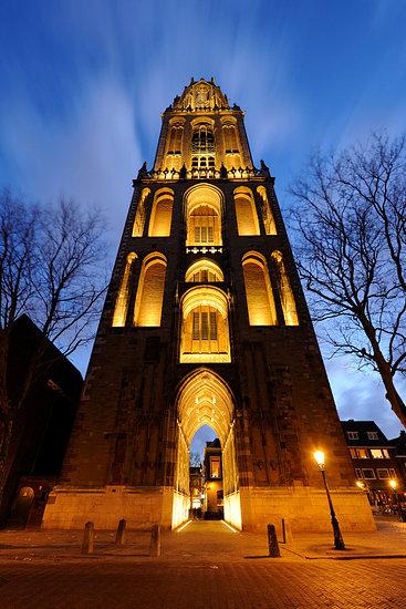 'De Domtoren in Utrecht gezien vanaf het Domplein' van Donker Utrecht – 50×75 Canvas