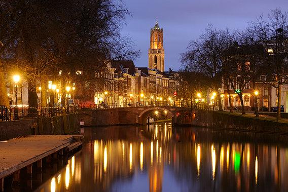 'Zicht op Zandbrug en Oudegracht in Utrecht vanaf de Bemuurde Weerd' van Donker Utrecht – 75×50 Aluminium Dibond